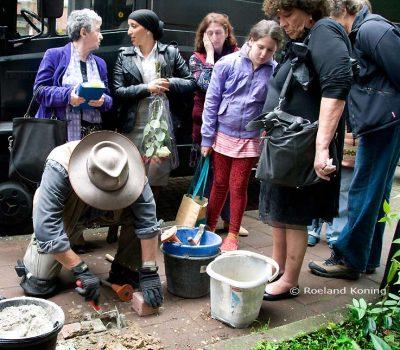 Gunter Demnig legt een steentje - Foto Roeland Koning