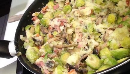 Stamppot spruitjes, spek, ui, champignons en rookworst.