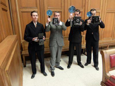 Acteurs tijdens de opnamen van de film over Bertold Brecht, met camera's uit 1930 van het Cameramuseum.