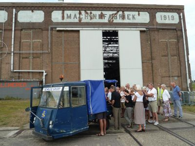 Bezoekers worden rondgeleid in de vroegere fabriekshallen