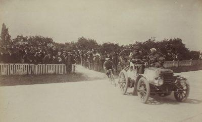 Bordeaux-Parijs in 1899, Josef Fischer arriveert achter de auto van Fernand Charron