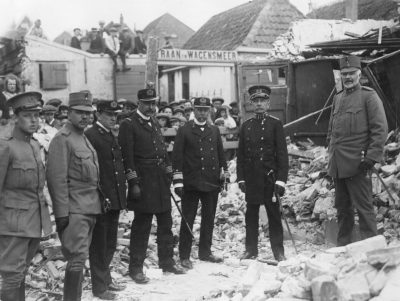 Burgemeester Fokker van Craijensteijn van Rengerskerke legt de kran van Wilhelmina