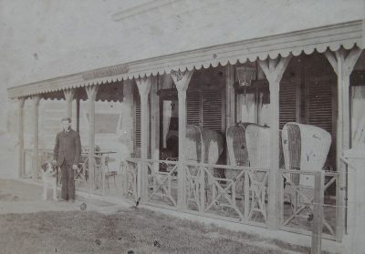Carl Eberschloe op de veranda van Villa Carmen Sylvia