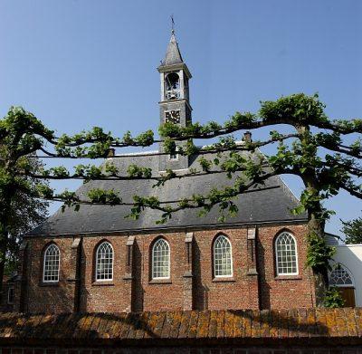 Centraal in het dorp de kerk