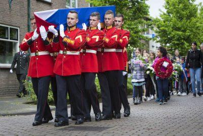 Colijnsplaat, 19 mei 2017 Met een ceremonieel, uitgevoerd door 17 pantserinfaterie bataljon Garderegiment Fuseliers Prinses Irene, wordt Lt. Havelaar herbevgraven op de begraafplaats van Colijnsplaat.