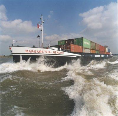 Container binnenvaartschip – Lading twee kilometer vrachtwagens - bron httpsbeeldbank.rws.nl, Rijkswaterstaat