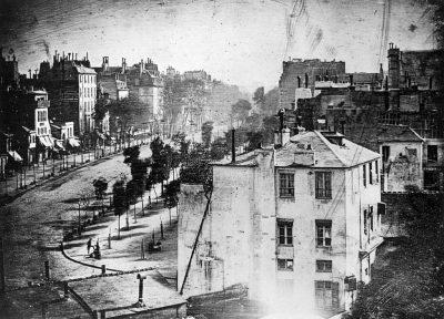 Daguerreotype van de Boulevard du Temple in Parijs. Hierop de eerste fotografische afbeelding van een mens (linlsonder) Daguerre 1838