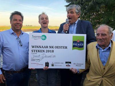 De Jury bij de winnaar Joost Deurloo. Van l n R Bram Verwijs, Joost Deurloo, Robert Zonnevylle en Rob Boddaert