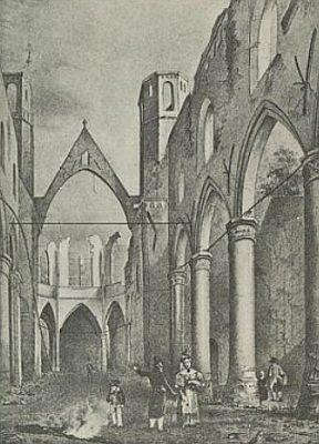 De kerk, of wat overbleef, na de brand