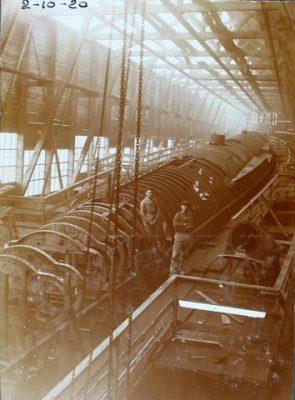 De kiel en het skelet van een duikboot op de werf