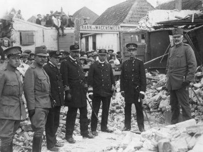 De legerleiding inspecteertZierikzee! Opperbevelhebber generaal C.J. Snijders (2e v. r.) en de commandant Schouwen-Duiveland eer