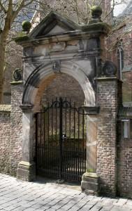 De overgebleven poort van de Engelse kerk
