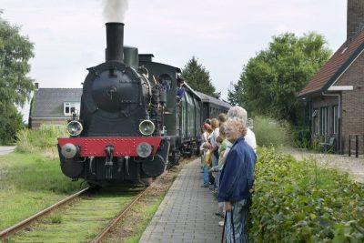 De stoomlok bij het station Kwadendamme - foto Rijksdienst Monumentaal Erfgoed