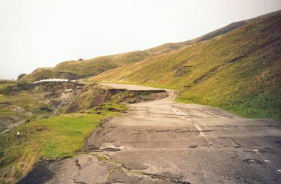 Een door verzakking van de bodem vernietigd stuk weg bij Castleton, Engeland