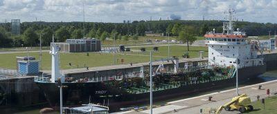 Een tanker in de sluis. Foto Ben Bondina. www.laatzeelandzien.nl