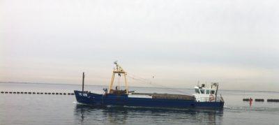 Een walvisser. Voor de stuurhut staan de containers waar de geviste mosselen in worden opgeslagen. Foto: Kees Kole