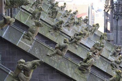 Enkele van de 96 luchtboogfiguren op de Sint Janskathedraal in Den Bosch - Door Satrughna commons.wikimedia.org
