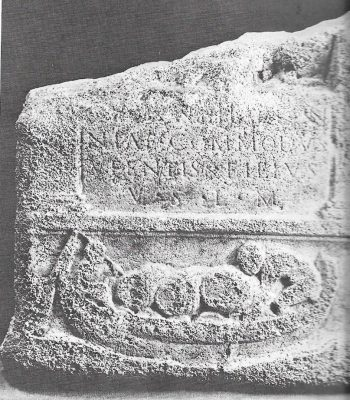 Geschenk van een wijnhadelaar, een steen met een afbeelding van een schip met wijnvaten