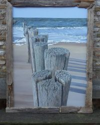 Geschilderde strandpalen van Inge de Groot