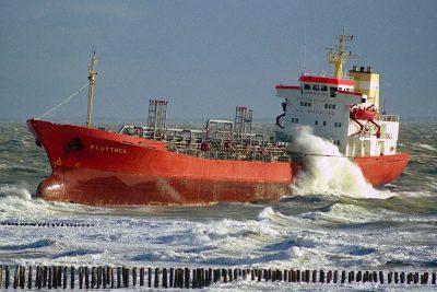 Gestrande tanker op de kust tijdens slecht weer. Foto laatzeelandzien.nl