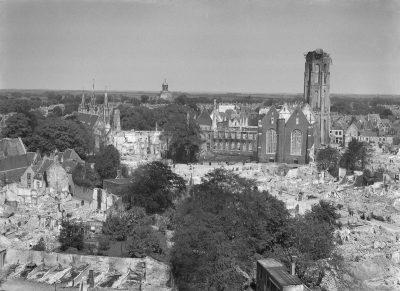 Gezicht op het centrum van Middelburg na het bombardement - Foto Rijksdient voor het Cultureel Erfgoed