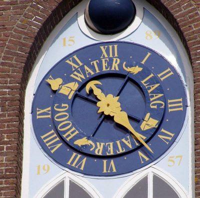 Het aparte uurwerk van de kerk van Arnemuiden