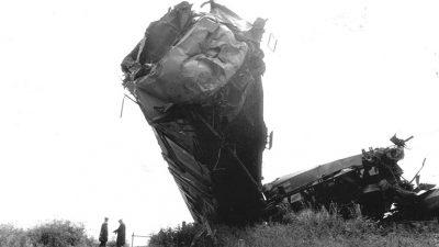 Het gevolg van een zware klap. De personentrein hangend boven de goederentrein. Foto ANP