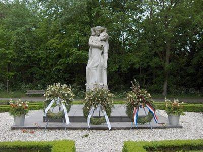 Het monument op de begraafplaats