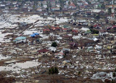 Het resultaat van een tsunami- hele dorpen verdwenen in een oogwenk