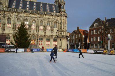 IJsbaan voor het stadhuis in Middelburg