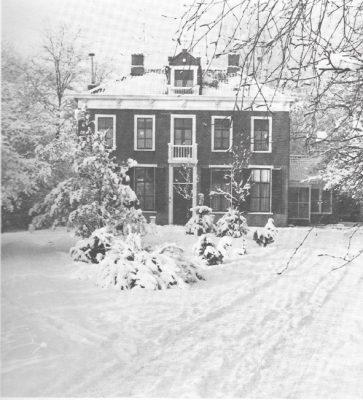 """In 1868 werd door landbouwer Lambertus van Vessum """"Huize 't Hof"""" gebouwd. Sinds 1893 fungeerde dit statige herenhuis als dokterswoning. De praktijk werd in 2016 verplaatst naar het centrum."""