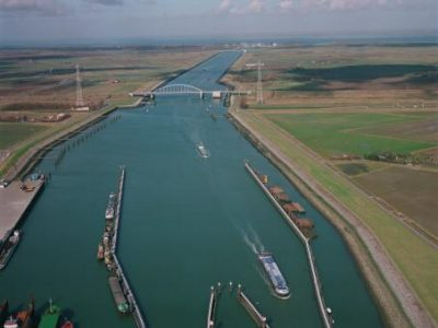 Kanaal door Zuid-Beveland Foto Beeldbank VenW.nl, Rijkswaterstaat