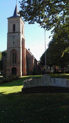 Kerk met gedenkplaat voor de slachtoffers van de Watersnood