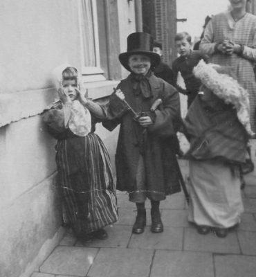 Kinderen gaan zingend langs de deuren