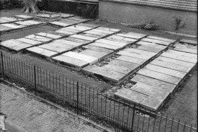 Liggende grafzerken op het Joods kerkhof in Middelburg