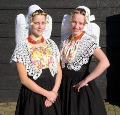 Meisjes in Middelburgse klederdracht - Foto Jaap Wolterbeek