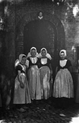 Meisjes in Walcherse kledingdracht - foto Rijksdienst voor Cultureel erfgoed