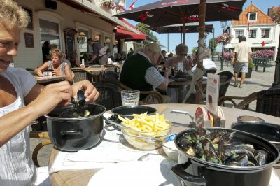 Mosselen eten op een gezellig terras. Foto: Xander Koppelmans - laatzeelandzien.nl
