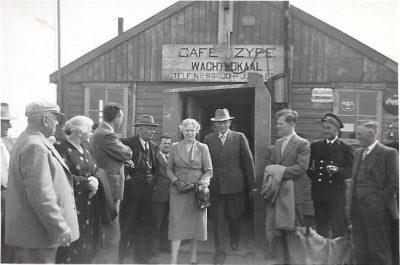 Opa en Oma bij het wachtlokaal bij het veer Zijpe