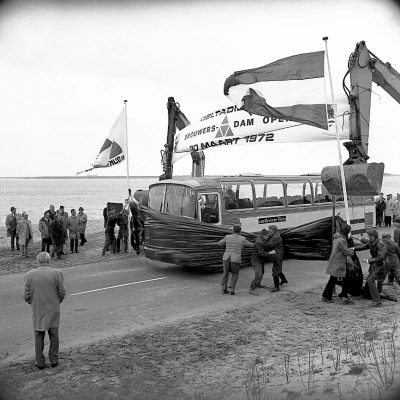 Opening Brouwersdam door burgemeesters van Middelburg en Goedereede, Dhrn. S. Francke en D. de Voogd