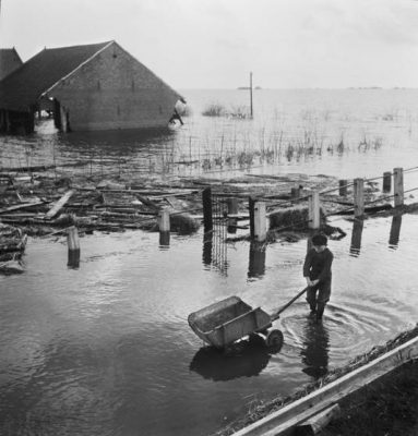 Overstroomd gebied op Schouwen na de Watersnoodramp (maart 1953). © Dolf KrugerNederlands Fotomuseum