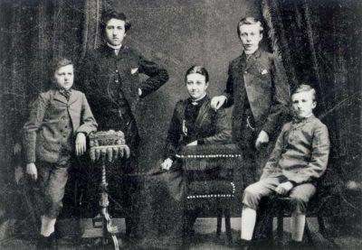 Piet Mondriaan met zijn broers en zus; van links naar rechts Carel, Piet, Christien, Willem Frederik en Louis. 1890.