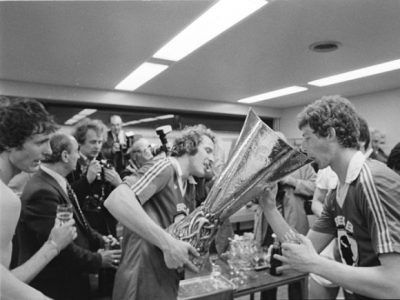 Poortvliet viert de overwinning samen met Rene van de Kerkhof en Ernie Brandts
