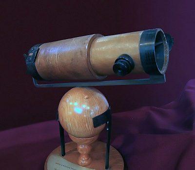 Replica van NewtonsTelescoop Foto Andrew Dunn - httpscommons.wikimedia.org