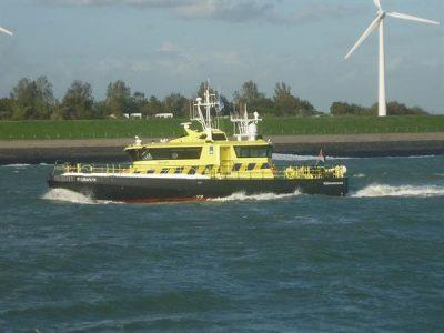 Rijkswaterstaatboot vaart zelf ook met schepen om het scheepvaartverkeer te begeleiden. Bron: https://beeldbank.rws.nl