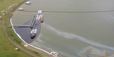 Rond de olie uit een lekkende tanker is een scherm aangebracht. Bron httpswww.rijkswaterstaat.nl