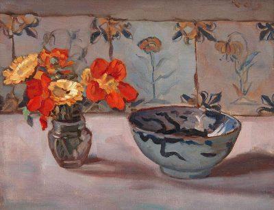 Stilleven met plateelschaal en bloemen