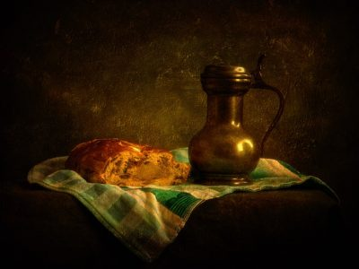 Stilleven met tinnen kannetje en kerstbrood