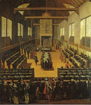 Synode van Dordrecht. De Arminianen zitten als aangeklaagde partij aan de tafel in het midden. Afbeelding is van de bovenzaal van het voorhuis van de Kloveniersd