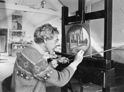 Theo Voorzaat aan het werk in zijn atelier